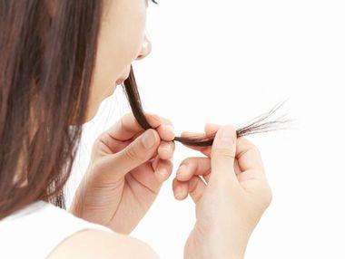 髪のきしみやぱさつきが気になる女性