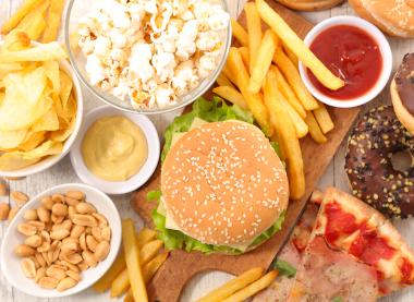 ジャンクフードなど脂肪分の多い食べ物