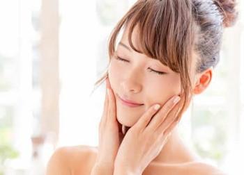 セラミファクターによってセラミドの効果が高められ潤いに満ちた素肌の女性