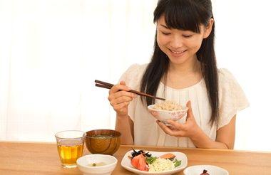 食事を適切に楽しむ女性