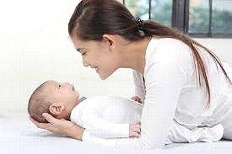 赤ちゃんを優しく見守るママ