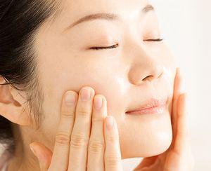 糖化ケア美容液をハンドプレスして、肌を優しくリフトアップする様子