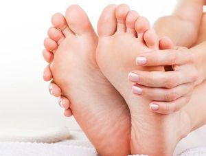 足のニオイを気にする女性