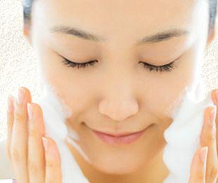 泡石(ほうせき)石けんで洗顔する様子