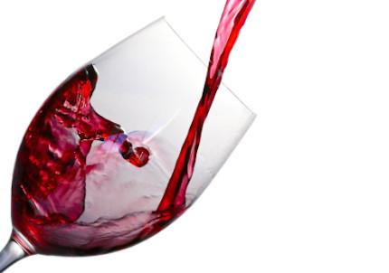 レスベラトロール豊富な赤ワインをグラスに注ぐ様子