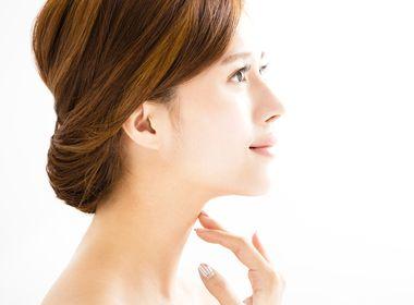 ニキビや肌荒れが改善された美肌の女性