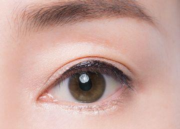 目の中央部分にアイラインを厚みを持たせた様子