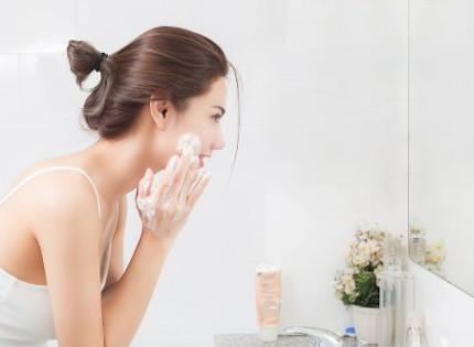 肌に負担をかけずに洗顔する女性
