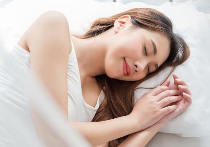 ぐっすりと質の良い睡眠を取る女性