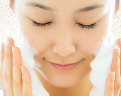 たっぷりの泡で洗顔する女性