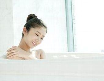 化粧水入りのお風呂に入る女性