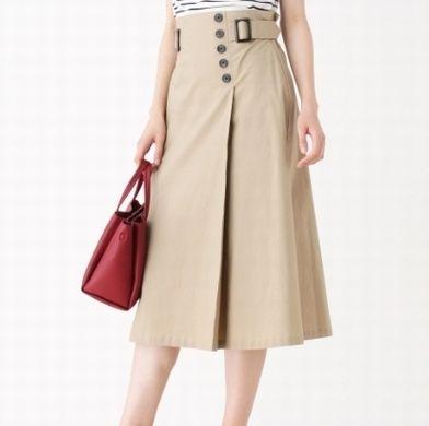 フレアスカートを履く女性