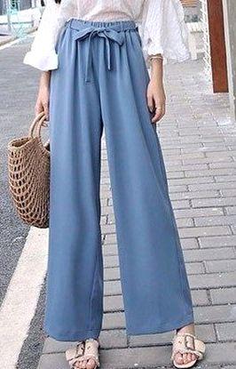 ワイドパンツを履く女性