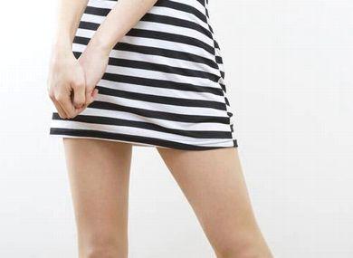 ミニスカートをはく女性