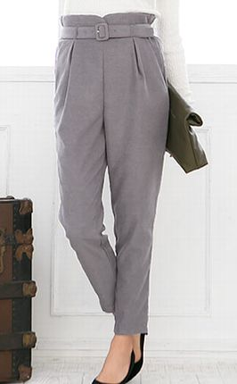 テーパードパンツを履く女性