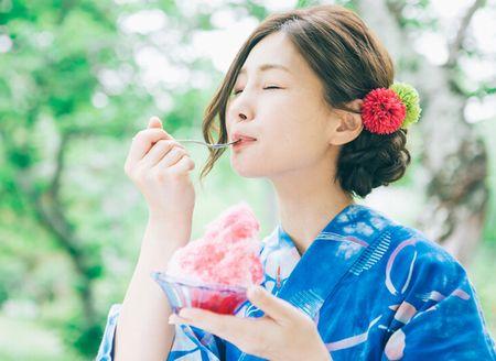 真夏にかき氷をおいしそうに食べる助成