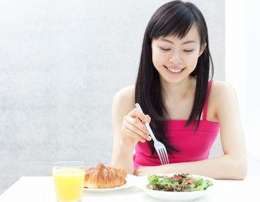 食べ過ぎない女性