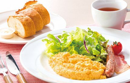 スクランブルエッグ、フランスパンなどの朝食