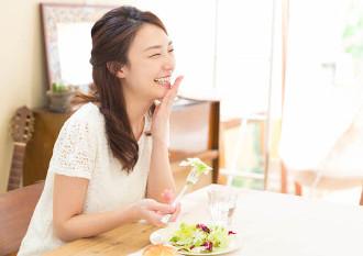 炭水化物より先に野菜を食べる女性