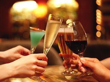 シャンパンやワインで乾杯する様子