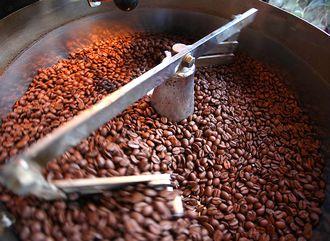 コーヒー豆を焙煎する様子