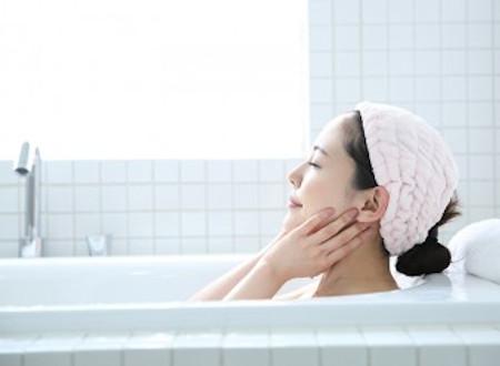 お風呂に入って美肌効果を実感する女性