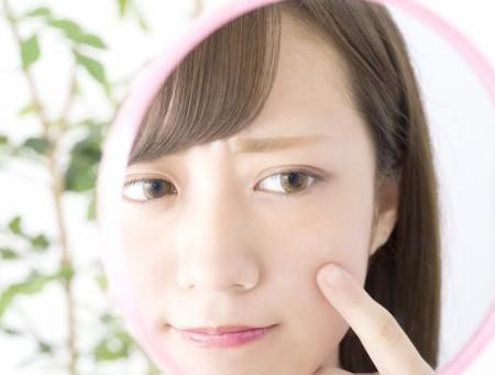 体の冷えによる肌荒れに悩む女性