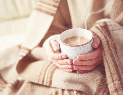 温かい飲み物で温まる様子