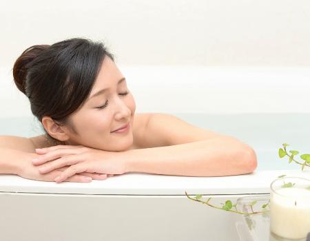 入浴して体を温める様子