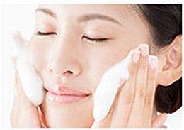 コラージュ洗顔パウダーで洗顔している様子