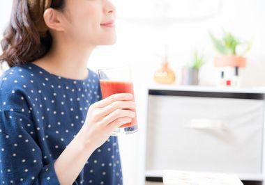キュリラサジージュースを飲む女性