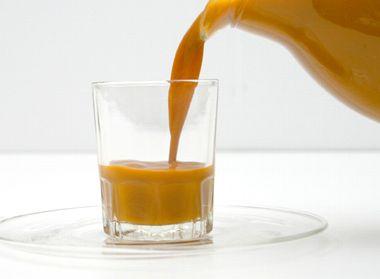 キュリラサジージュースをグラスに注ぐ様子