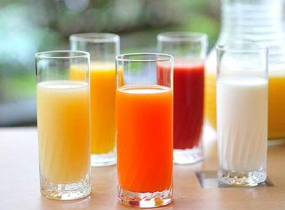 グラスに注がれた野菜ジュースや牛乳