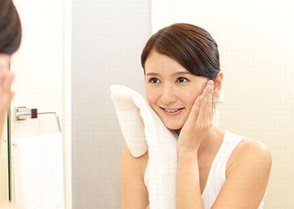 適切なアフターケアで、美肌効果を実感する女性