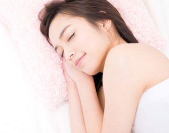 美容系サプリメントを飲んで眠る女性
