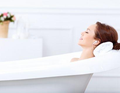 入浴して、むくみを改善させる女性
