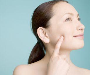 ターンオーバーが正常化し、ニキビ改善効果を得る女性
