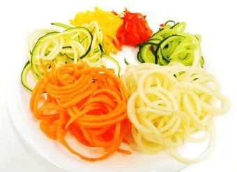 にんじんやズッキーニで作られた野菜パスタ