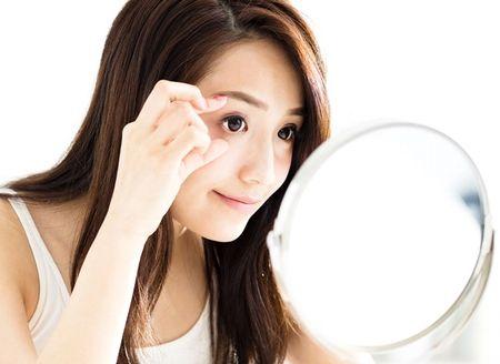 目の周りのエクササイズをして、眼輪筋を鍛える様子