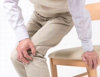 膝の関節痛に悩む男性