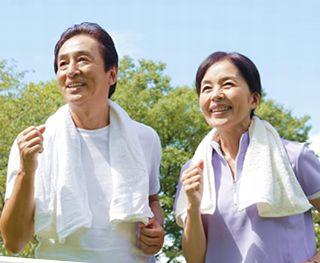 プロテオグリカンや筋肉成分で生き生きと歩行する男性と女性