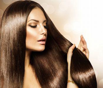 優れた育毛効果で豊富で美しい髪の女性