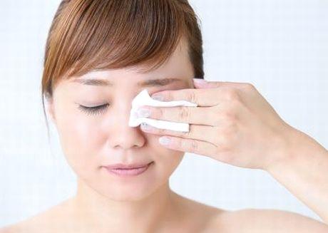 化粧水で目の周りを保湿する様子