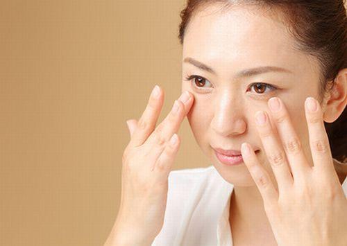 眼輪筋を鍛える女性