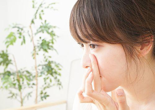 リンクルクリーム、アイクリームで目元をケアする女性