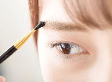 パウダータイプのアイブロウで眉を描く様子