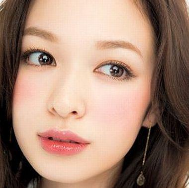 眉マスカラで眉の色を明るくした女性