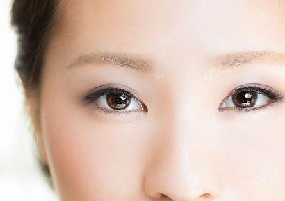 薄い眉の女性