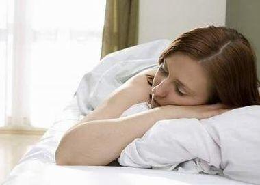 うつ伏せで眠る女性