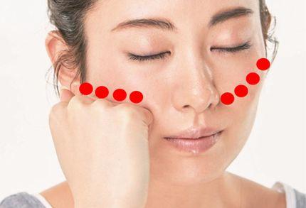 頬骨の位置をバランスよく整えるマッサージ